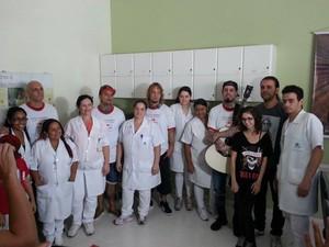 Funcionários e pacientes posaram para foto ao lado da banda (Foto: Anna Lúcia Silva/G1)