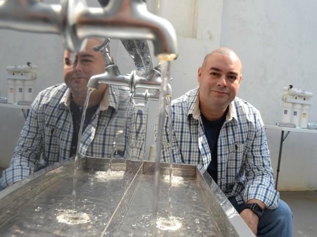 Engenheiro Pedro Paulino quer popularizar máquina que produz água (Foto: Fernando Pacífico / G1 Campinas)