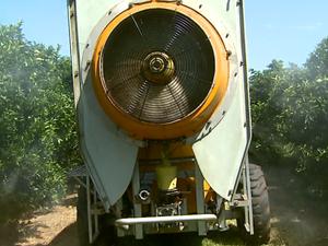Pulverização costuma ter desperdício de água Araraquara (Foto: Paulo Chiari/EPTV)