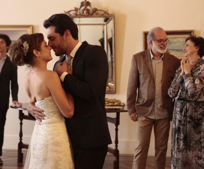 Carolina está apaixonada por Alex (Foto: Felipe Monteiro/ Gshow)