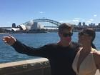 Decotada, Juliana Paes posa ao lado de Fábio Assunção na Austrália