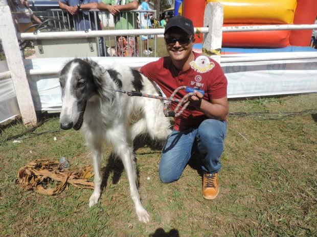 Otávius, que venceu a categoria de cão mais exótico, junto com o dono Cleomar Bessa (Foto: Diogo Marques/G1)