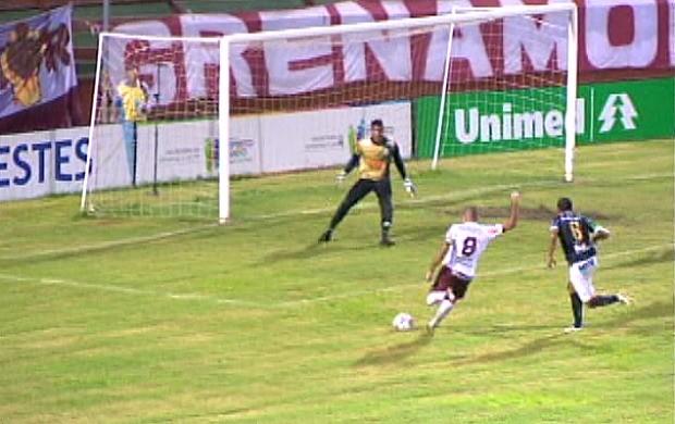 Gol de Gilmar, da Desportiva Ferroviária (Foto: Reprodução/TV Gazeta)