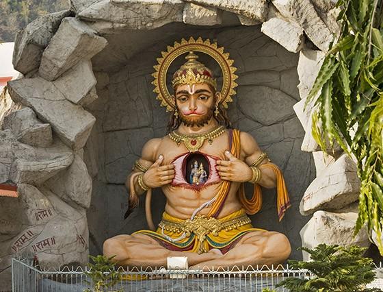 Estátua de Hanuman, no ashram Parmarth Niketan em Rishikesh, mostra seu coração com o casal divino Rama e Sita (Foto: © Haroldo Castro/Época)