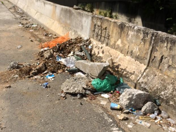 Lixo amontoado ao lado do monotrilho (Foto: Márcio Pinho/G1)