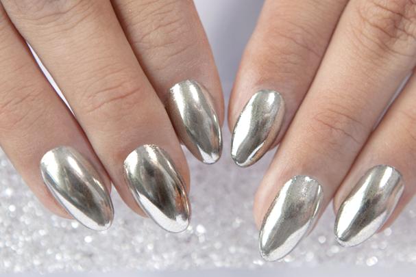Unha cromada faz sucesso na internet (Foto: Reprodução / Nails Company)
