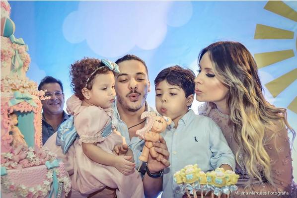 Wesley Safadão com a filha, Ysis, no colo, Yudhi e Thyane (Foto: Reprodução/Instagram)