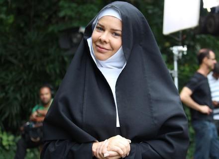 Personagem de Fernanda Souza deixa o decote de lado e se veste de freira em 'A Regra do Jogo'