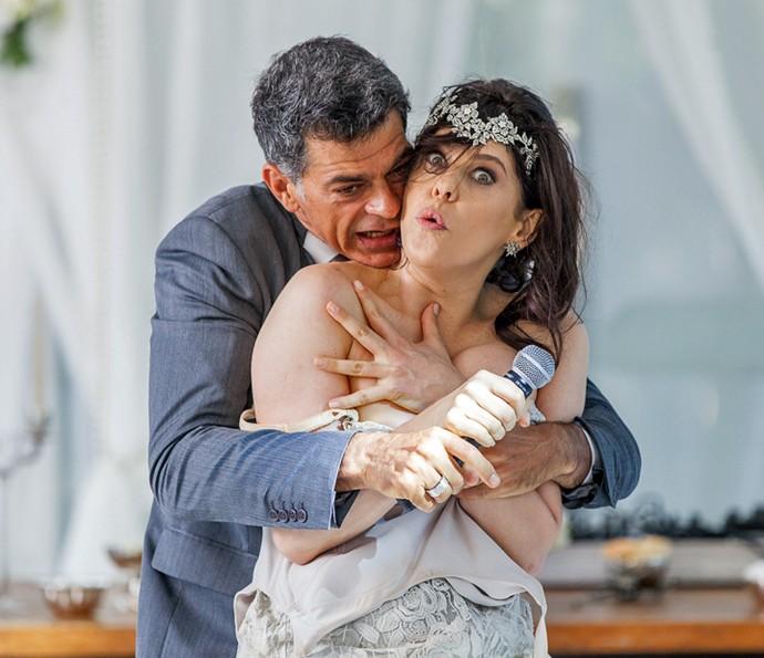 Orlando tenta conter a noiva (Foto: Artur Meninea/Gshow)