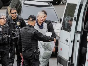 O ex-ministro José Dirceu é transferido da sede da Polícia Federal de Curitiba para o Complexo Médico Penal em Pinhais, no Paraná (Foto: Rodrigo Félix/Futura Press/Estadão Conteúdo)