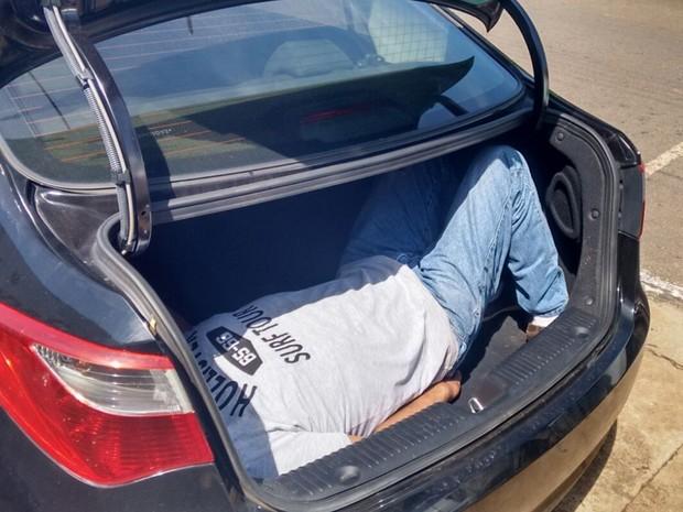 Homem é encontrado dentro de porta-malas em Itauçu Goiás (Foto: Divulgação/PM)