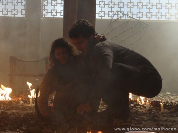 Ben encontra Micaela. Será que dará tempo deles escaparem do fogo?? (Foto: Malhação/TV Globo)
