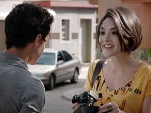Giane ganha câmera fotográfica (Foto: Sangue Bom/TV Globo)