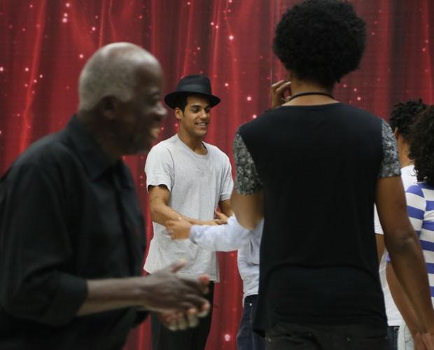 Marcello Melo Jr. recebe carinho dos familiares (Foto: Carol Caminha/ Gshow)