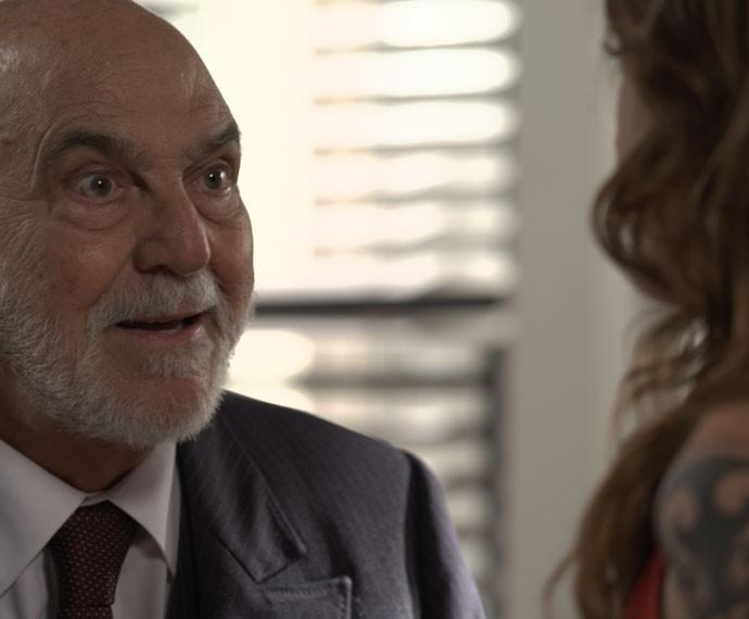 Dom Peppino fica surpreso com a visita inesperada da ruiva (Foto: TV Globo)