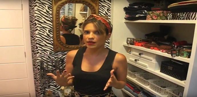 Paula Magalhães ensina amarração de lenço na cabeça (Foto: TV Bahia)
