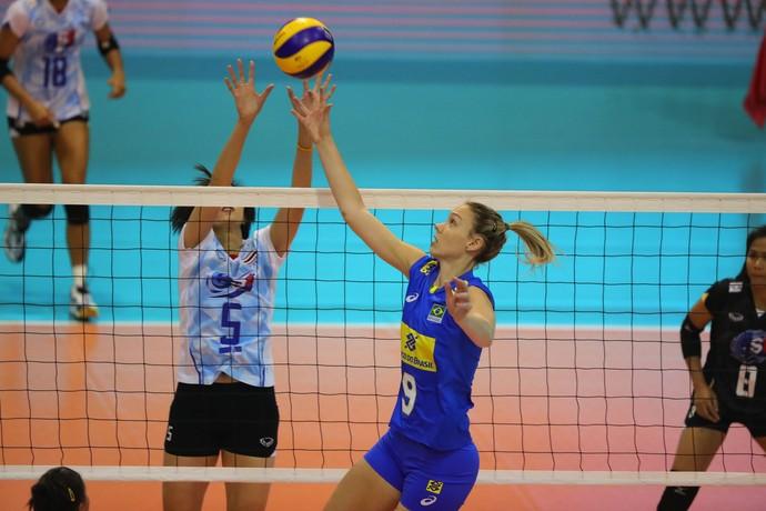 Roberta no jogo do Brasil com a Tailândia (Foto: Divulgação/Montreux Volley Masters)