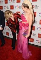 Jane Fonda se espanta com look de Miley Cyrus em tapete vermelho