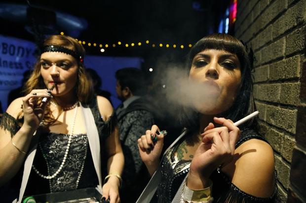 Frequentadores fumam maconha e cigarros durante festa em bar de Denver, no estado americano do Colorado, na madrugada desta quarta-feira (1º) (Foto: Reuters)