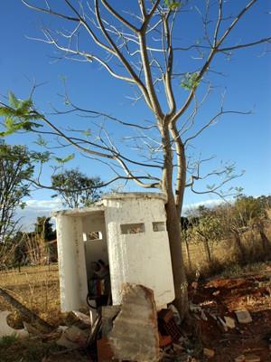 Guarita construída para proteger o então presidente Collor virou depósito de lixo (Foto: Vianey Bentes / TV Globo)