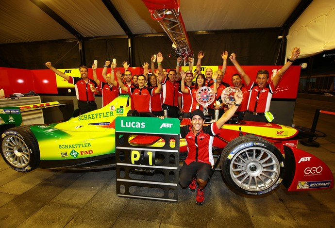 Lucas di Grassi e equipe da alemã Audi ABT comemoram vitória na corrida inaugural da Fórmula E (Foto: Divulgação)