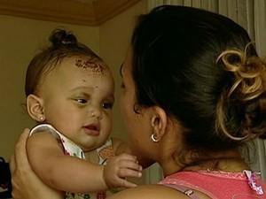 Bebê de 7 meses, Nicolly Lopes Clementina, recebe carinho de familiares no espírito santo (Foto: Reprodução/TV Gazeta)