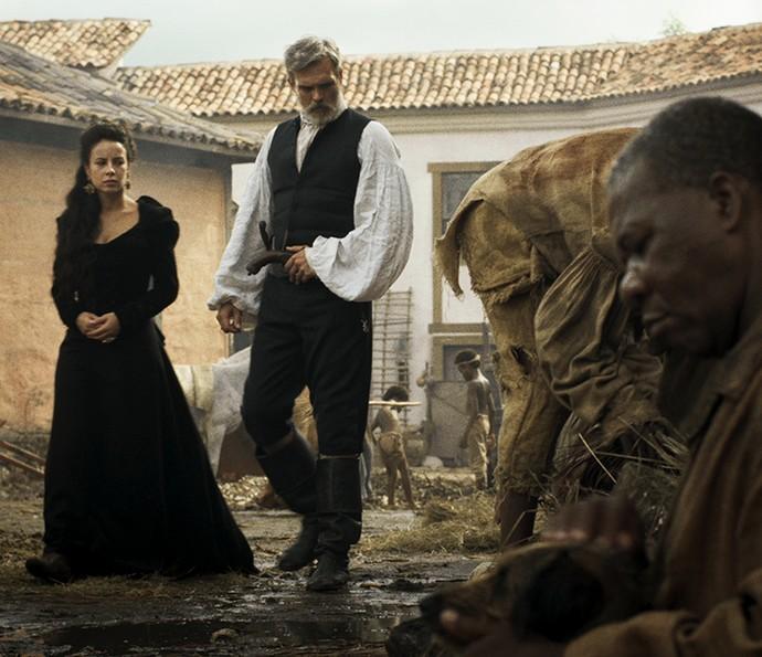 Raposo e Joaquina caminham pela cidade baixa (Foto: TV Globo)