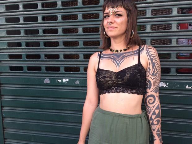 8/2/2016 - Jovem tatuada no bloco Charanga do França (Foto: G1)