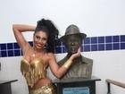 De barriga de fora, Deborah Caetano marca presença na Portela