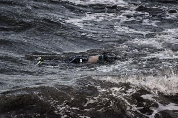 Corpo de migrante é visto flutuando após naufrágio no Mar Egeu, na Grécia, neste domingo (1º) (Foto: Aris Messinis/AFP)