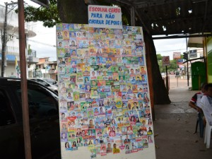Clube do Barrigudo montou quadro com santinhos de candidatos, no Amapá (Foto: Rafael Moreira/G1-AP)