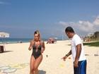 Vestindo maiô, Cristina Mortágua malha na praia