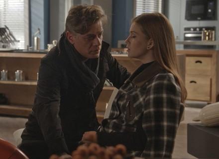 Arthur tenta beijar Eliza, mas Jojô chega bem na hora