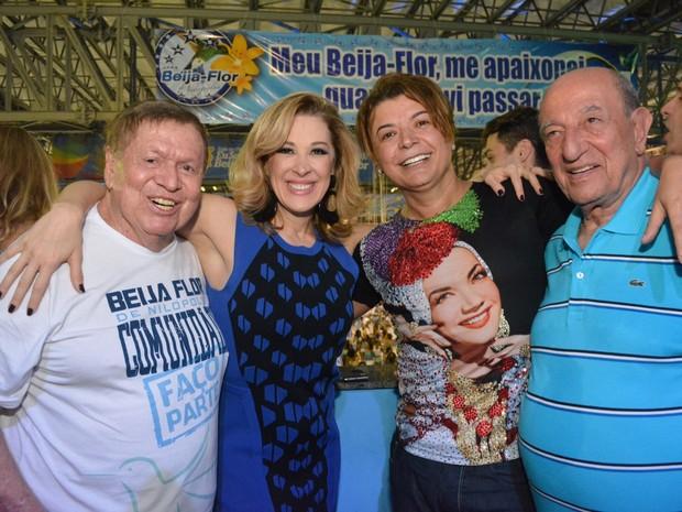 Boni, Claudia Raia, David Brazil e Anízio Abraão na quadra da Beija-Flor em Nilópolis, Zona Metropolitana do Rio (Foto: Rodrigo Mesquita / Divulgação)