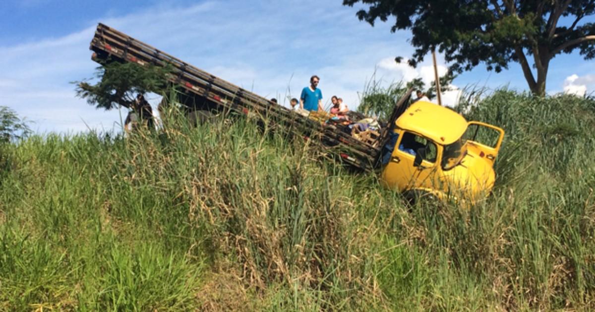 Motorista passa 'reto' em rotatória e cai em barranco com caminhão - Globo.com