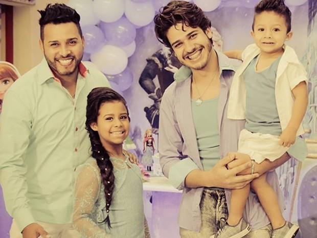 A família de Poá: Leandro, Fernanda, Ricardo e Gabriel em festa de aniversário.  (Foto: Ricardo Reis/ Arquivo Pessoal)