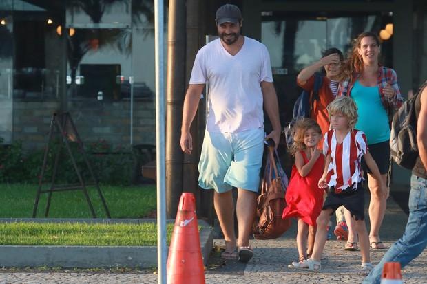 Thiago Lacerda e Vanessa Lóes almoçam com os filhos (Foto: Dilson Silva / Agnews)
