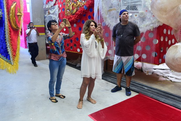 Elba Ramalho visita barracão da Tom Maior (Foto: Leo Franco / AgNews  )