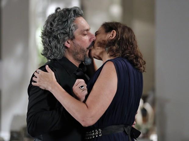 Zé e Marta dão beijo de cinema! (Foto: Felipe Monteiro/ Gshow)