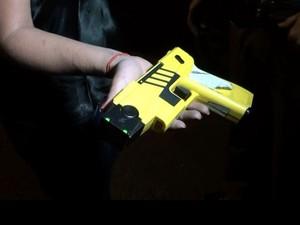 PM usa pistola Taser para imobilizar mulher e libertar filhos feitos reféns em Capivari (Foto: Edijan Del Santo/EPTV)