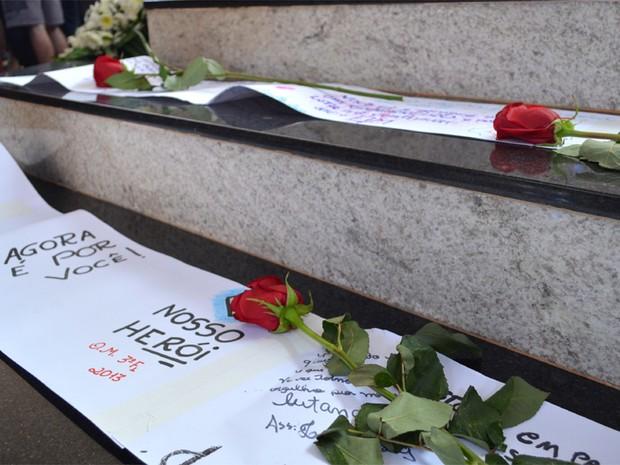 Amigos prestam homenagem ao estudante Marcos Delefrate, morto durante protestos (Foto: Adriano Oliveira/G1)