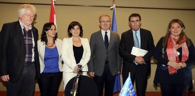 Eurodeputados posam para foto antes de entrevista em hotel de Assunção, capital do Paraguai, nesta quarta-feira (18) (Foto: AFP)