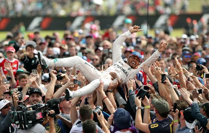 Lewis Hamilton acaba nos braços da torcida após vitória no GP da Inglaterra (Foto: Reuters)