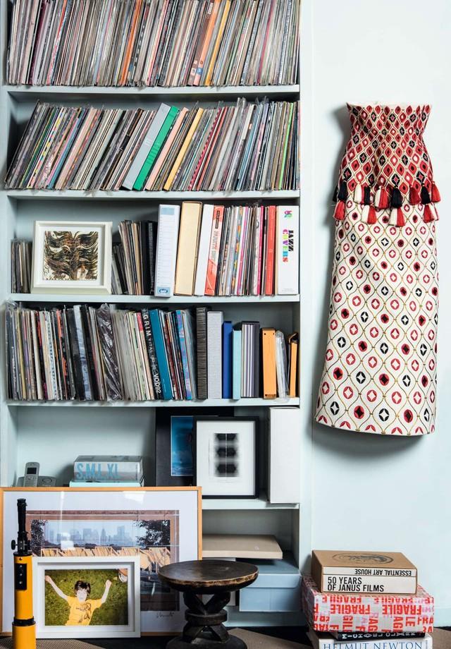 A coleção de Marie de vinis e livros de arte   (Foto:  Antonio Monfreda)