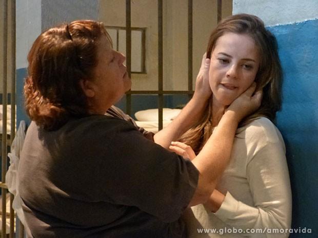 Detenta imprensa Paloma na parede e começa a tocar no rosto dela (Foto: Amor à Vida/ TV Globo)
