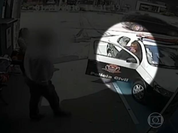 Policial civil José Camilo Leonel durante ocorrência em loja de tapetes nos Jardins, em São Paulo (Foto: Reprodução TV Globo)