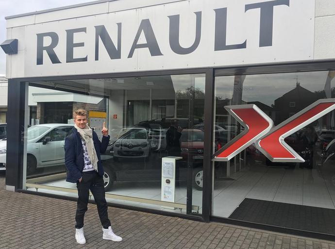 Nico Hulkenberg brinca nas redes sociais em frente a concessionária Renault (Foto: Reprodução)