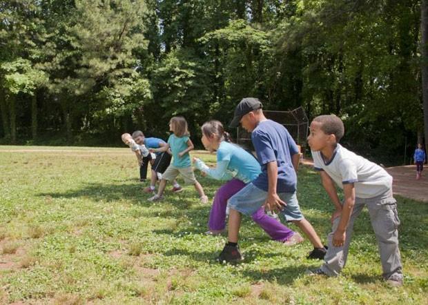 Crianças participam de corrida em escola de Atlanta, no estado da Georgia, nos Estados Unidos: pesquisa que avaliou crianças de 9 países concluiu que crianças se exercitam mais durante o horário de verão (Foto: CDC/ Amanda Mills )