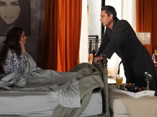 Stenio leva café para a ex na cama  (Foto: Salve Jorge/TV Globo)