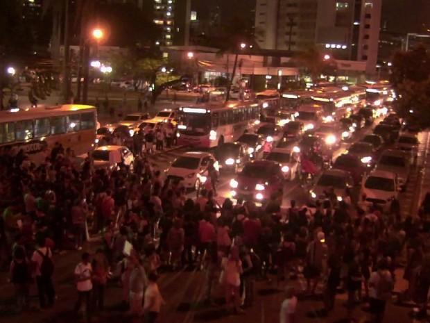 Manifestantes bloqueiam a Avenida Agamenon Magalhães, no Centro do Recife, contra a PEC 241 (Foto: Reprodução/Whatsapp)